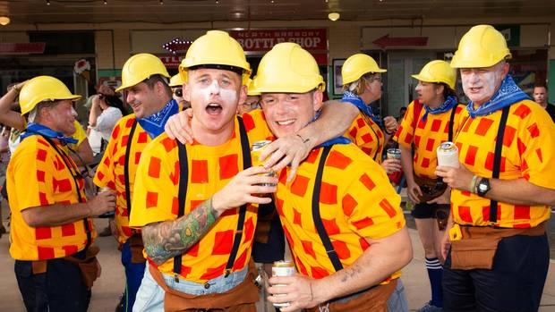 Heute mal in anderer Uniform: die Army-Boys als Bob der Baumeister