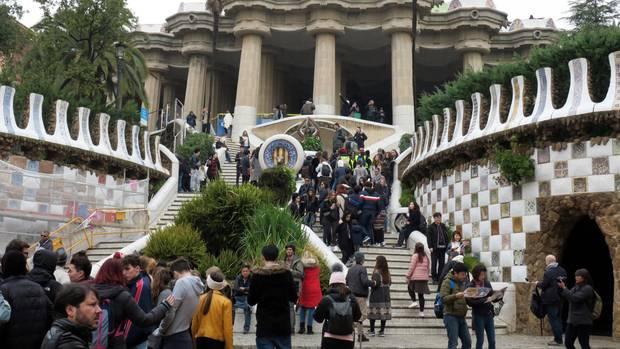 Touristen auf der Treppe beim Parkeingang