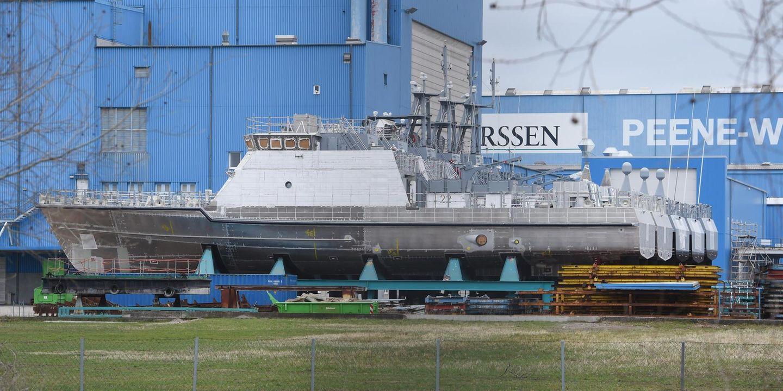 Patrouillenboote liegen auf Trägern an Land