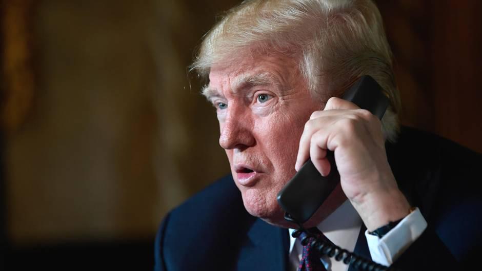 Donald Trump beim Telefonieren (Archivbild)