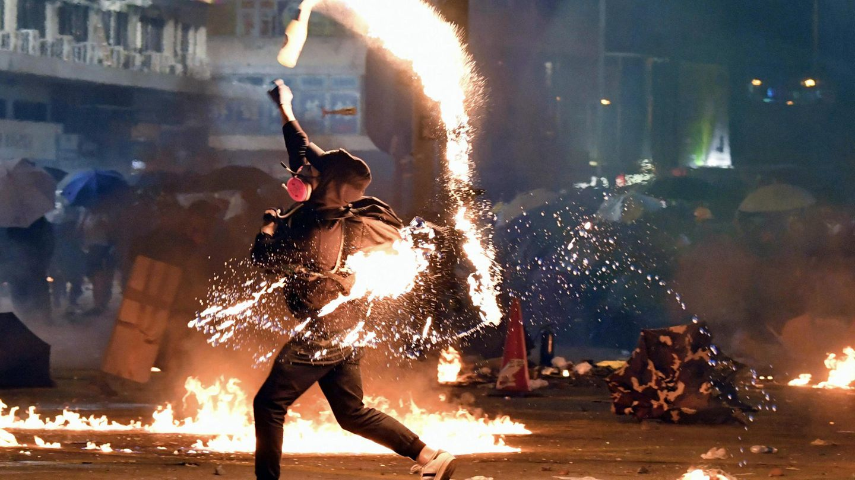Molotowcocktail gegen die Polizei. An der Polytechnischen Universität Hongkong ist es erneut zu Zusammenstößen zwischen Demonstranten und den Sicherheitskräften gekommen
