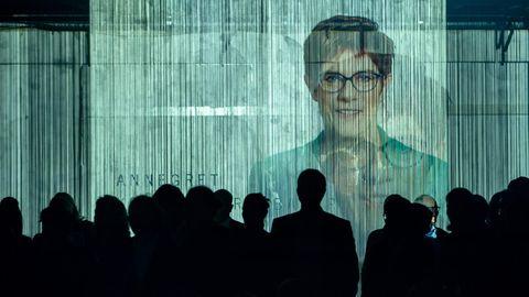 Riesige Projektionen von Annegret Kramp-Karrenbauers Konterfei