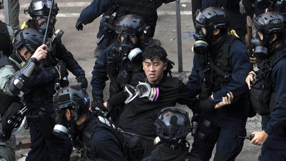 Hongkong: Polizisten verhaften Demonstranten in der Nähe der Polytechnischen Universität