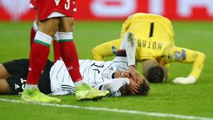 Sport kompakt: Sekunden nach dem heftigen Zusammenprall liegt Luca Waldschmidt auf dem Rasen