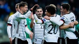 Lief gut in derFrankfurter Commerzbank-Arena: Die deutsche Nationalelf bejubelt Gnabrys Treffer zum 2:1.