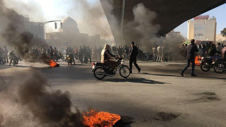 Proteste mit brennenden Reifen in der iranischen Stadt Isfahan