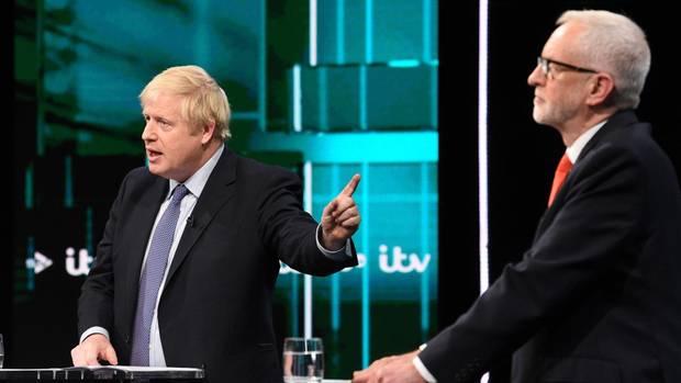 Boris Johnson zeigt auf Jeremy Corbyn während einer Debatte im britischen TV