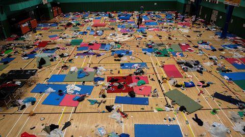 Schlafmatten, Müll und Kleidung liegen in einer Sporthalle der besetzten Hochschule