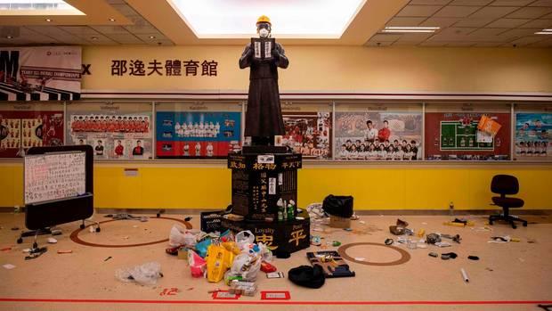 Müll liegt an einer Statue im Inneren der Hochschule in Hongkong