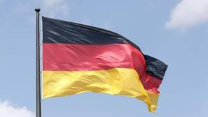 An einem Mast weht die deutsche Flagge