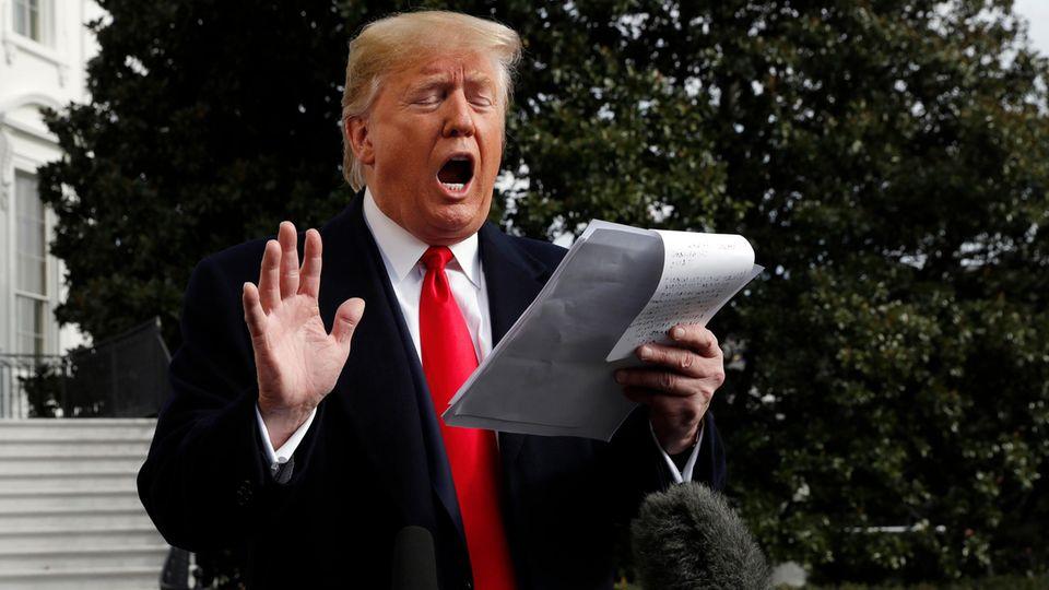 Donald Trump mit Notizen