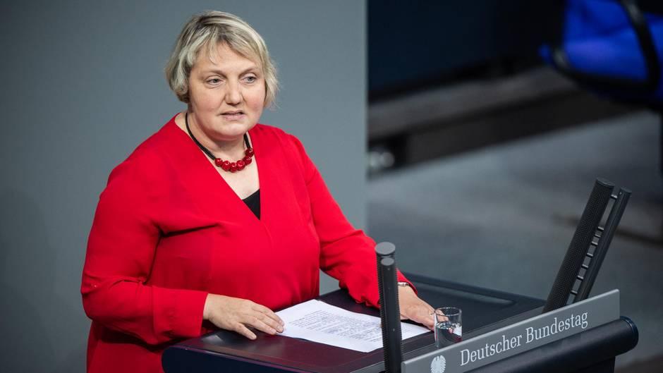 Katja Mast spricht am Rednerpult im Bundestag