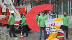 Aktivisten von Greenpeacehabenden Buchstaben C aus dem Parteinamen CDU am Konrad-Adenauer-Haus entwendet