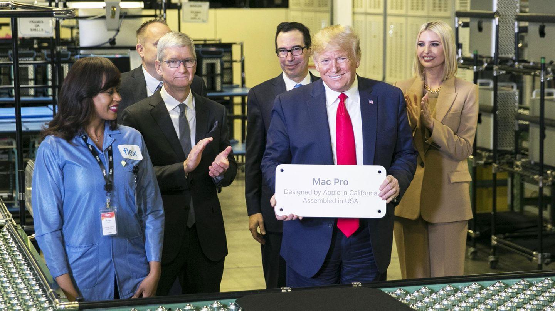US-Präsident Donald Trump und Apple-Chef Tim Cook beim Besuch in einer Apple-Fabrik