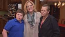 Jake Manning mit seiner Mutter Jean (r.) und Kerry Bremer