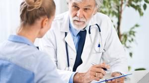Das Arztgespräch klärt über Tumorgenomtests auf