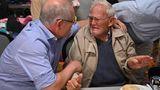 Trost vom höchsten Mann im Staat: PremierministerScott Morrison (l.) umarmt in einem Evakuierungszentrum in Taree den 85 Jahre altenOwen Whalan, der wegen der Brände sein Zuhause verlassen musste