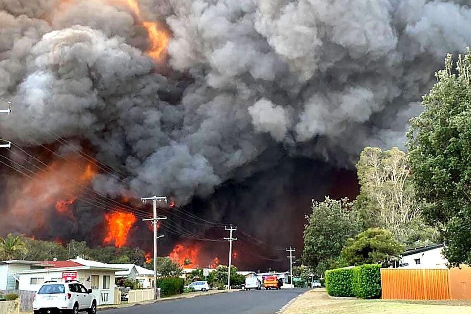 Ein außer Kontrolle geratenes Buschfeuer bedroht den Ort Harrington, gut 330Kilometer nordöstlich von Sydney
