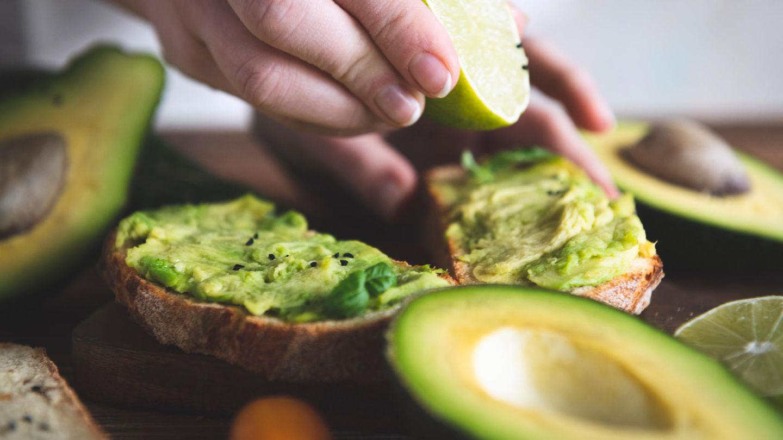 Avocado  Seit Jahren ist die Avocado auf einem Siegeszug in Küchen und auf Büffets. Sie hat wertvolle Nährstoffe wie Vitamine E und K und einfach ungesättigte Öle. In den Anbauländern Mexiko, Israel und Südafrika führt der Anbau der Frucht jedoch zu Umweltproblemen - die Avocadoplantagen brauchen immer mehr Fläche. Lesen Sie mehr dazu hier.Wer nicht auf die Avocado beim Brunch verzichten möchte, sollte dann zumindest darauf achten Fairtrade-Avocados zu kaufen.