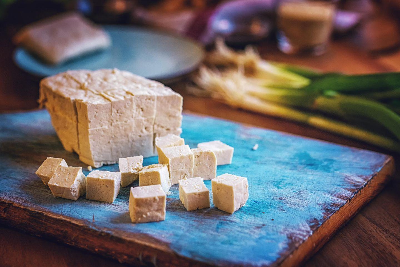 """Soja  Sojaprodukte wie Tofu oder Sojamilch stellen primär keine Probleme dar, dafür aber der Soja, der für die Tiernahrung angebaut wird. Der befeuert zunehmend die Entwaldung in Brasilien und Argentinien. """"Es ist fast unmöglich zu wissen, ob das, was Sie kaufen, mit Soja gefüttert wurde"""", sagt Lang. Sein Expertentipp: So biologisch und lokal wie möglich einkaufen."""