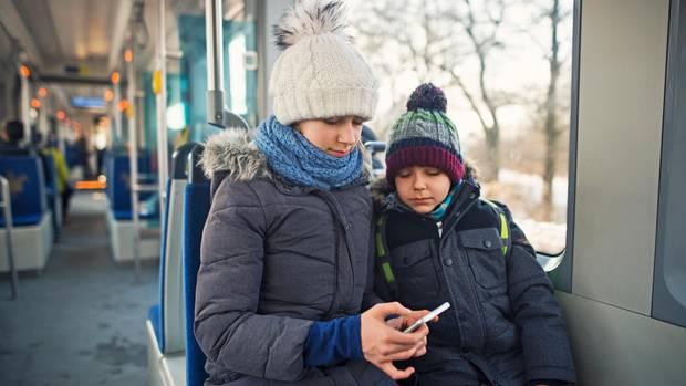 Zwei Kinder im Bus