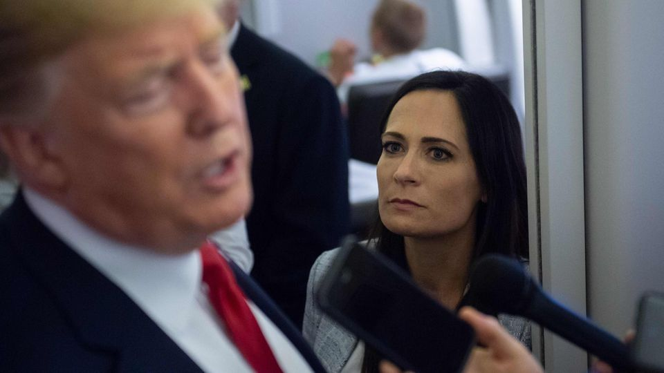 Pressesprecherin Stephanie Grisham mit Donald Trump