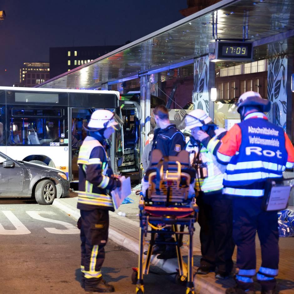 Nachrichten aus Deutschland: Fahrer verlor Kontrolle: 85-Jähriger stirbt bei Busunfall – 23 Menschen teils schwer verletzt