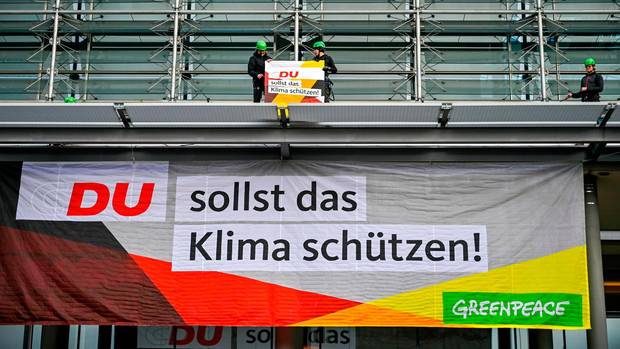 """Greenpeace-Aktivisten haben das entwendete """"C"""" aus CDU an der Parteizentrale zurückgegeben"""