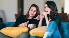 WHO über Bewegung bei Jugendlichen: Zwei junge Frauen sitzen auf einer Couch