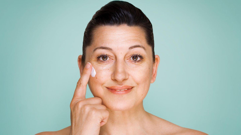 Ökotest prüft Gesichtscremes: Eine Frau benutzt eine Gesichtscreme