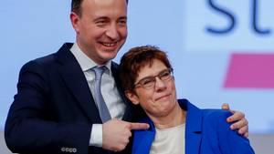 Annegret Kramp-Karrenbauer und Paul Ziemiak nach ihrer Rede