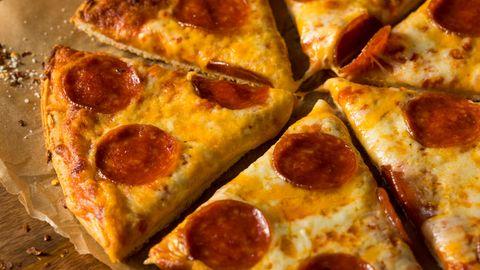 Salamipizza in Stücke geschnitten