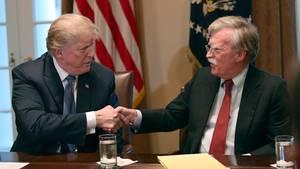 Shake-hand zwischen US-Präsident Donald Trump und John Bolton im Weißen Haus