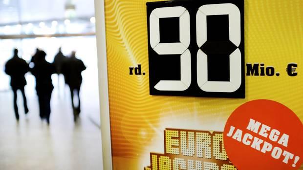 Ein Schild zeigt die Höhe des Jackpots beim Gewinnspiel Eurojackpot