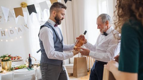 Eine Weinflasche ist ein liebgemeintes Geschenk, wird aber selten benötigt, meint eine britische TV-Köchin.