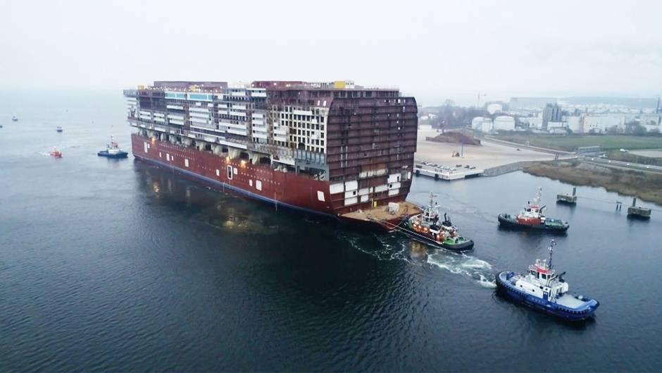 """Das Mittelteil der """"Global Dream"""" ist kürzlich von Rostock-Warnemünde in Richtung Wismar geschleppt worden."""