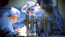 OP-Werkzeug liegt für ein Ärzteteam im Operationssaal bereit