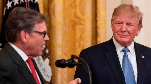 Donald Trump lächelt während Rede von Rick Perry