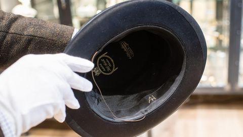 """Die Initialen """"AH"""" sind in einem persönlichen Faltzylinder von Adolf Hitler im Auktionshaus Hermann Historicazu sehen"""