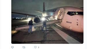 Boeing 737-800 auf der Landebahn bei Nacht