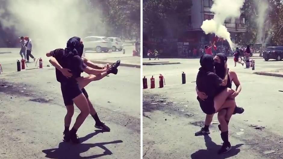 Inmitten heftiger Proteste tanzen zwei Demonstranten auf der Straße in Chile.