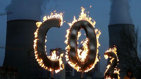 """Ein brennendes """"CO2-Zeichen"""""""