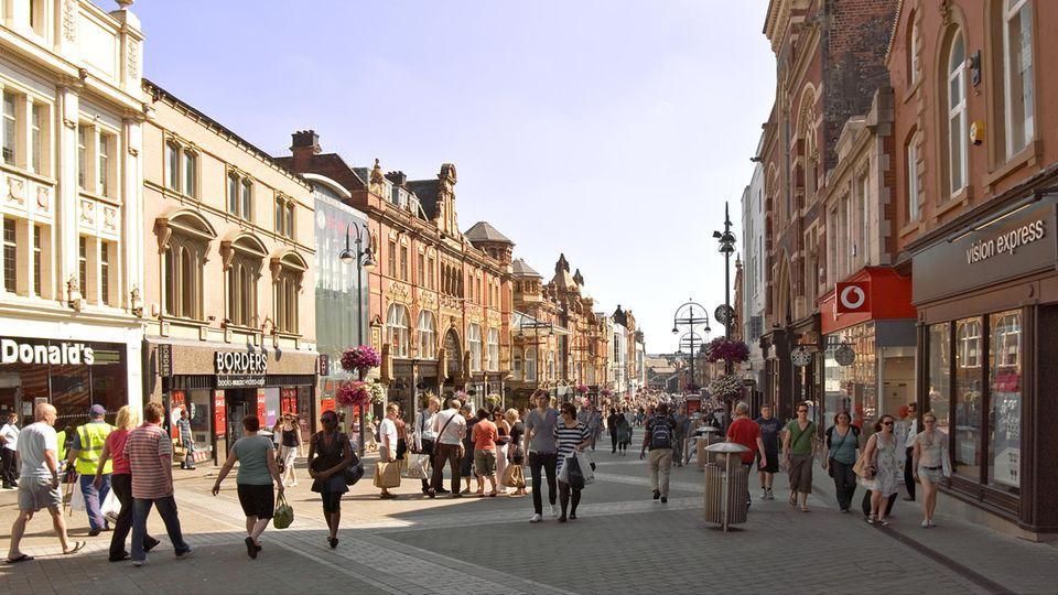 Fußgängerzone in Leeds: Davon soll es nach den Vorschlägen eines Bürger-Komitees in einer klimafreundlichen Stadt mehr geben.