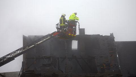 Rettungskräfte sind nach dem Brand eines Wohnhauses im Ortskern im Einsatz