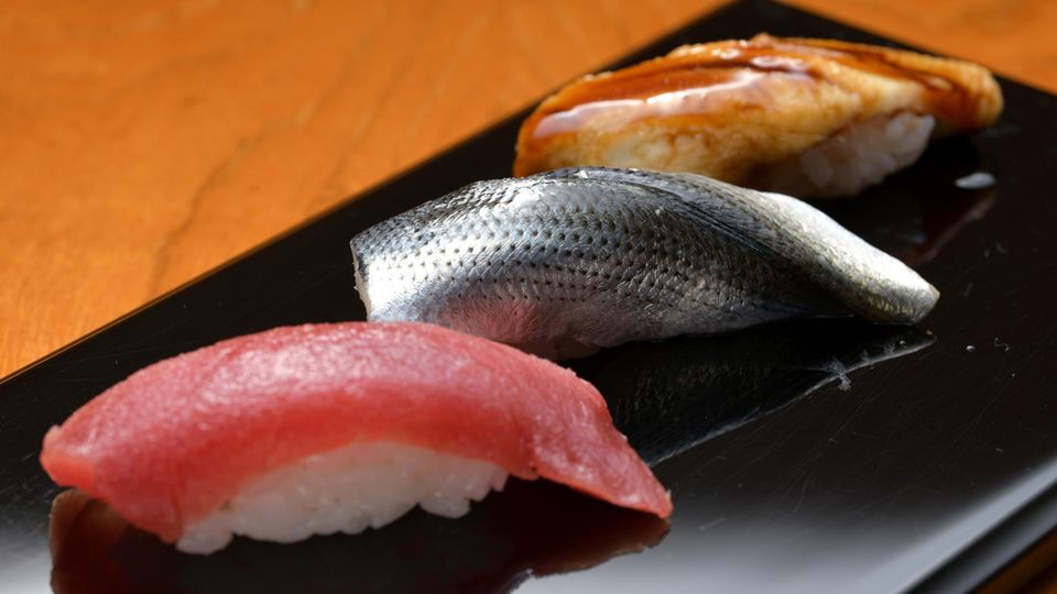 Sushi vom Meister: (von links) Thunfisch, Maifisch und gekochter Meeraal mit einer speziellen Sauce