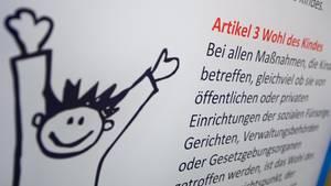 Ein Plakat mit dem Artikel 3 der UN-Kinderrechtskonvention