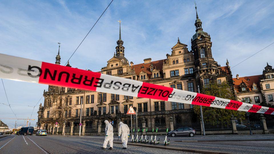 Polizeiabsperrung vor dem Residenzschloss in Dresden, aus dem wertvolle Juwelen gestohlen wurden