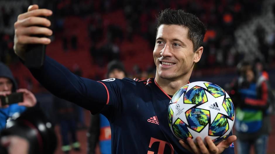 Münchens Robert Lewandowski macht nach dem Spiel ein Selfie