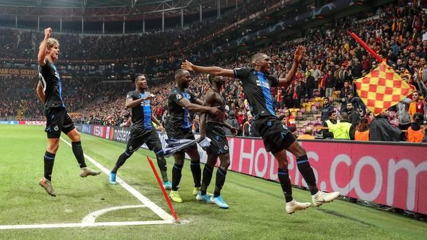 sport kompakt: Fünf Spieler des FC Brügge bejubeln den späten Ausgleich an der Eckfahne