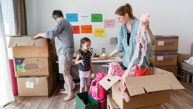 Umzug - Kistenpacken mit der Familie